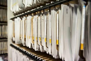 ヤミ金は、「名簿屋」から顧客情報の入ったリストを違法に入手して、融資の勧誘