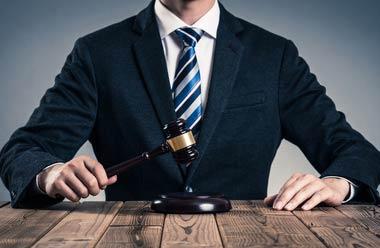 提携弁護士は、整理屋に名義貸しをして報酬を得ますが、これもまた弁護士法第二十七条に違反する行為で、同様に犯罪者である