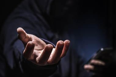 闇金は保証人の自宅や勤務先にまで電話をかけ、大声を出したり脅かしたりする
