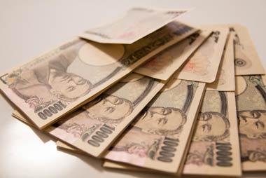 サラ金規制法が施行された以降も、グレーゾーン金利の範囲内で、サラ金やクレジット会社は営業をしていた