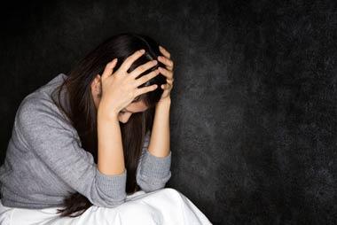 ヤミ金問題を一人で抱え込み悩む女性